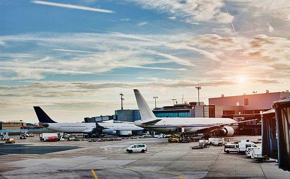 Flughafen mit enormer Anzahl nach Ebene und der Passagiere auf der Welt